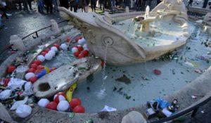 Le FOTO della devastazione di Roma: danni alla Barcaccia