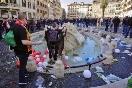 barcaccia-roma-piazza-di-spagna-danni (9)
