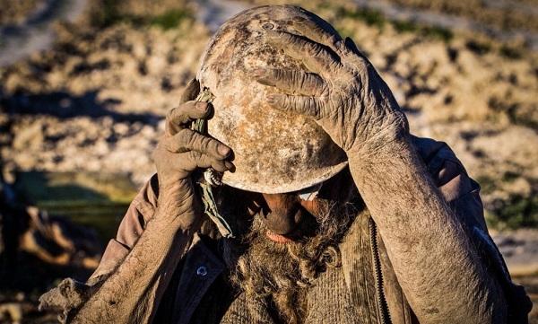 Amoo Hadji uomo puzzolente bagno 60 anni sporco