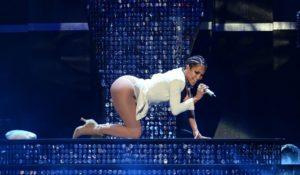 Jennifer Lopez si blocca sul palco. Strappo alla schiena durante il concerto