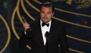 Gaffe clamorosa di Leonardo DiCaprio: dimentica l'Oscar al ristorante! Il VIDEO