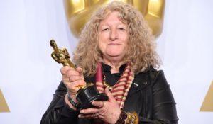 L'orribile momento in cui nessuno applaude quando Jenny Beavan, designer inglese, riceve l'Oscar