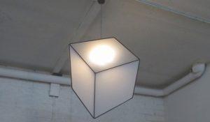 Vedi qualcosa di strano in questa lampada? In realtà manca qualcosa…