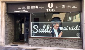 "Bocelli meme per lo slogan ""Saldi mai visti"": è polemica"