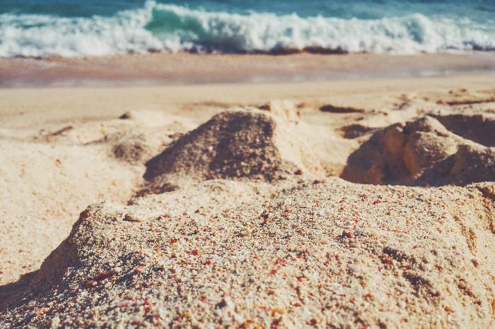 La sabbia rosa di una spiaggia. Foto on instagram @cketo