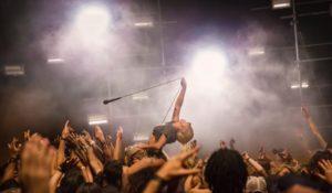 Lady Gaga canta nel deserto: è online il video di Perfect Illusion