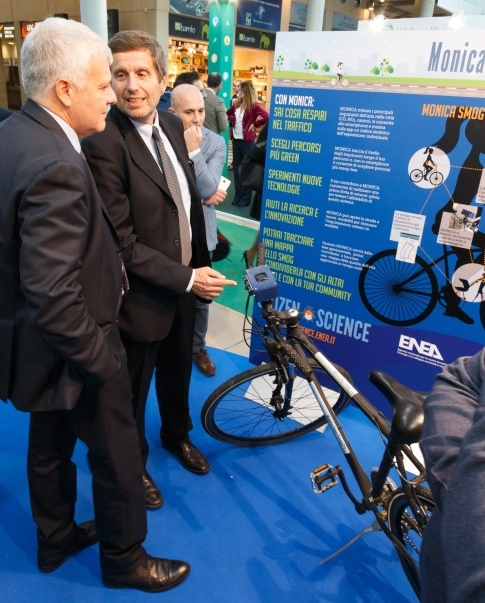 Il presidente Enea Testa (a destra) illustra MONICA al ministro dell'Ambiente Galletti a Ecomodo