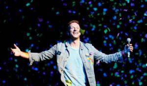 Chris Martin cupido per la proposta di matrimonio al concerto dei Coldplay