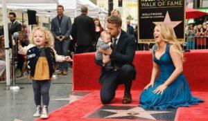 Ryan Reynolds riceve la stella sulla Walk of Fame. Red carpet in famiglia