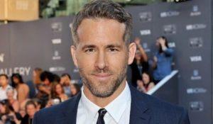 Ryan Reynolds dona uno dei suoi costumi di 'Deadpool' per beneficenza