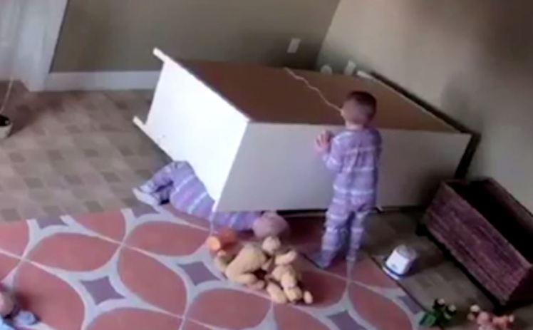 salva il gemellino rimasto incastrato sotto una cassettiera
