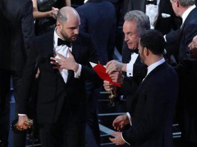Caos agli Oscar 2017: il miglior film è Moonlight ma vince La La Land. Ecco cos'é successo – VIDEO