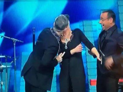 Sanremo 2017, il bacio tra Robbie Williams e Maria De Filippi