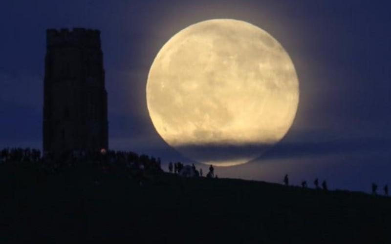 Eclissi con la cometa nella notte della Luna piena