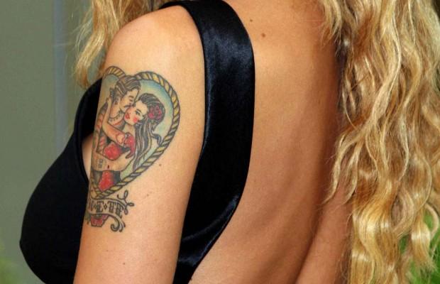 Stefano De Martino cancella il tatuaggio dedicato a Belen