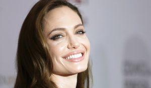 Angelina Jolie mangia grilli e tarantole in Cambogia