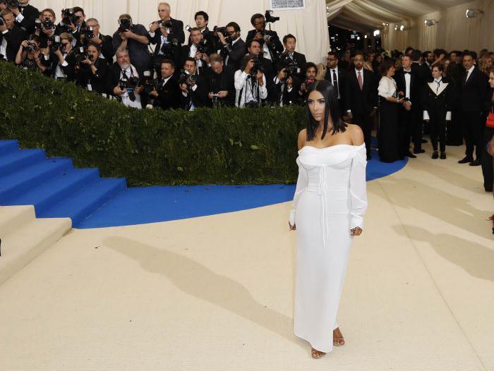 kim kardashian era sola sul red carpet