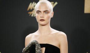 """Cara Delevingne calva per dire """"no"""" agli stereotipi della bellezza"""