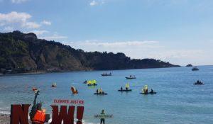 """Greenpeace manifesta in spiaggia: """"Planet heart first"""" l'appello ai grandi del G7"""