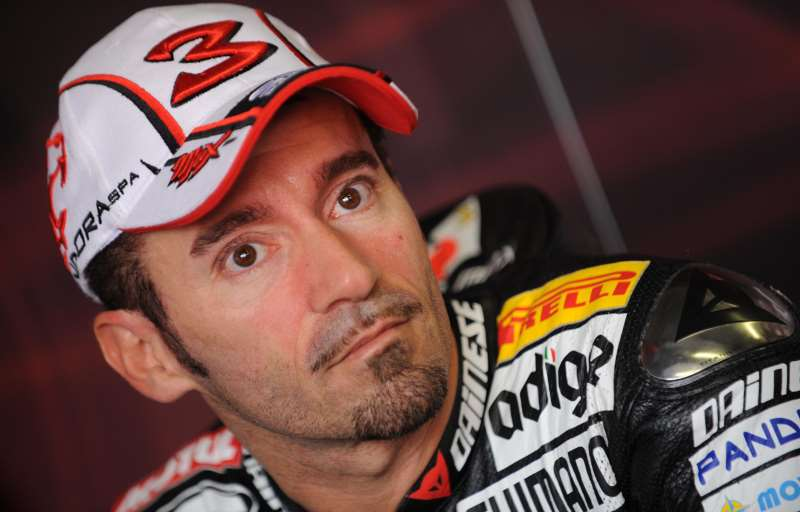Incidente in pista per Max Biaggi.