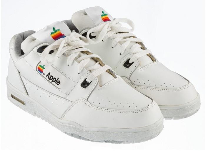 All'asta un paio di sneakers di Apple da 15 mila dollari