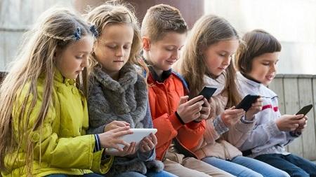 Smartphone vietati ai minori