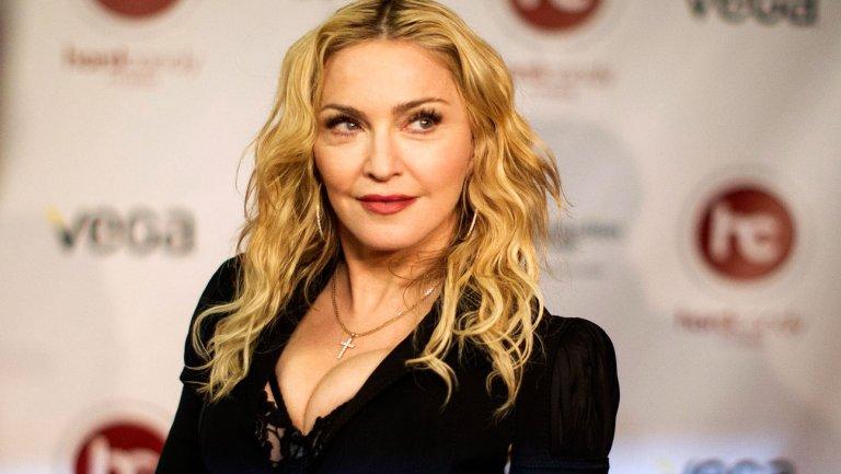 Madonna, lettera di insulti a Sharon Stone finisce all'asta e lei…la blocca