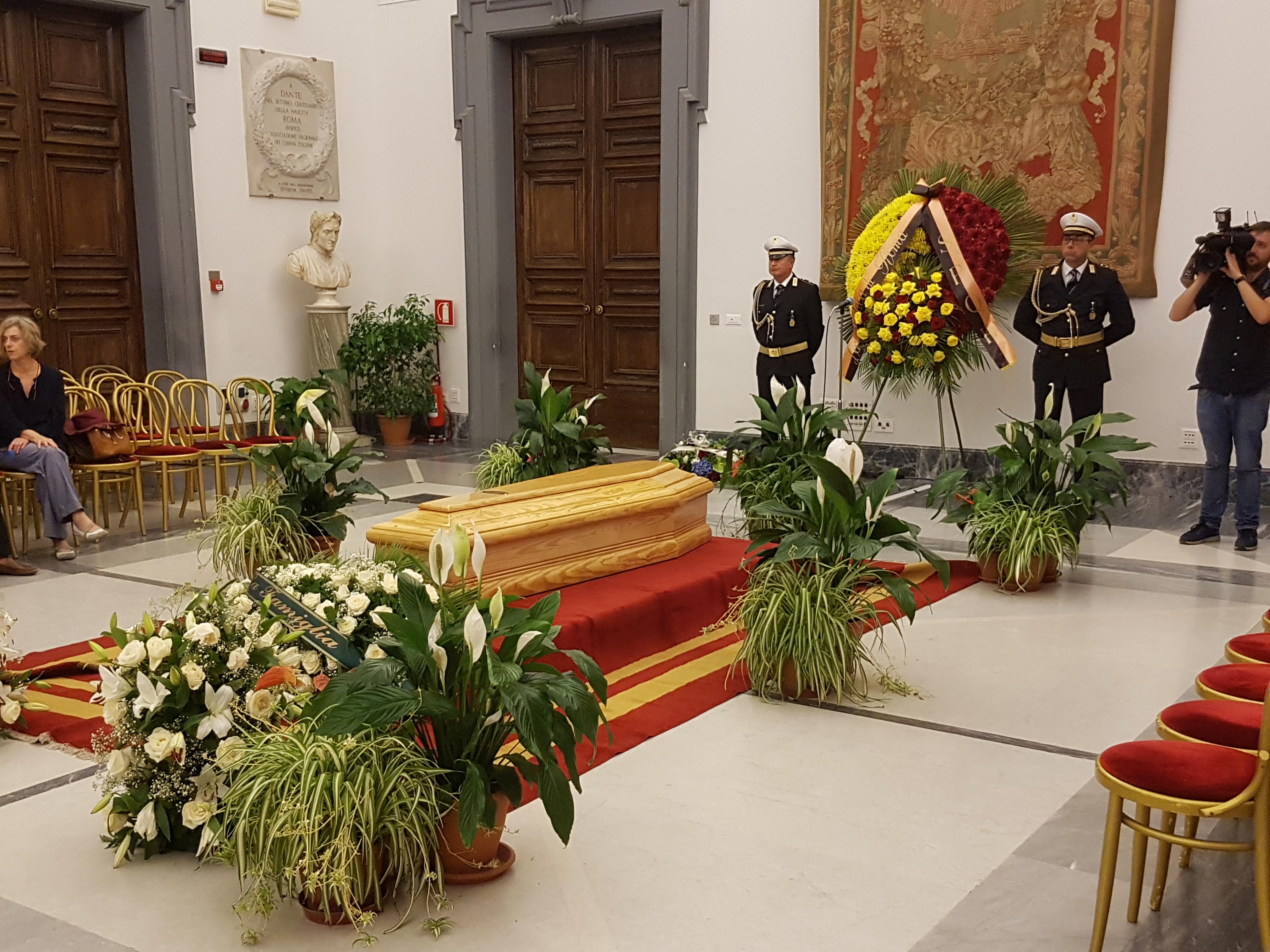 L'ultimo saluto a Paolo Villaggio, la camera ardente al Campidoglio