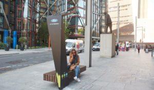Ricarica e Wi-Fi gratuito, a Londra arrivano le panchine intelligenti