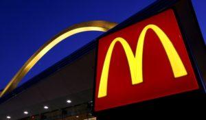 USA, compra da mangiare a un barbone e McDonald's lo caccia