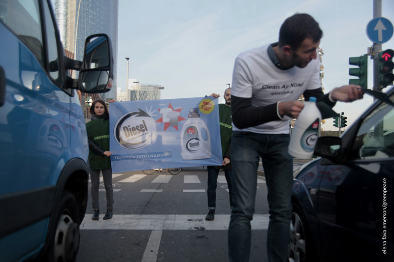Smog: flash mob di Greenpeace,