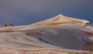 Le spettacolari immagini della neve sul deserto del Sahara