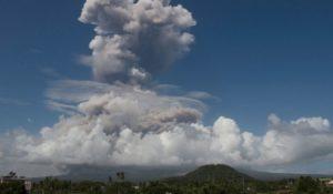 Filippine, eruzione esplosiva del vulcano Mayon – VIDEO
