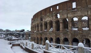 La Capitale si tinge di bianco: uno scenario suggestivo e glaciale – FOTO
