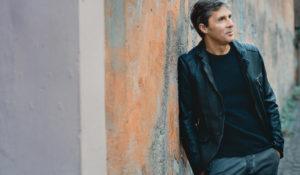 """Luca Barbarossa emoziona Sanremo con """"Passame er sale"""""""