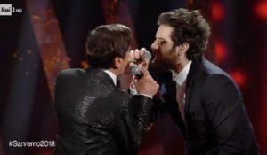 Sanremo 2018. Morandi e Tommaso Paradiso sul palco dell'Ariston