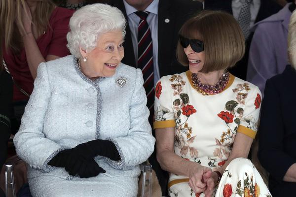 regina Elisabetta a una sfilata di moda