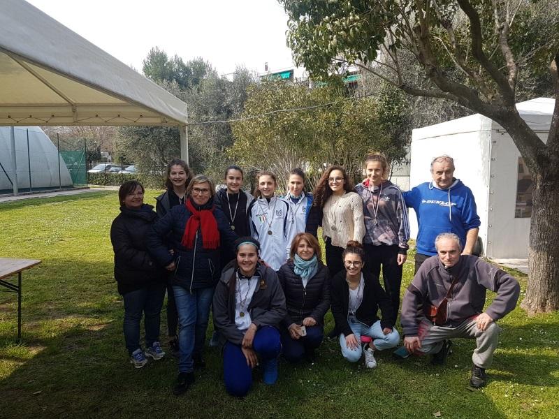 Tennis_le allieve partecipanti (al centro con la tuta bianca, la squadra vncitrice)