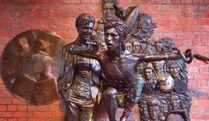 "Ad Aylesbury la prima statua ""musicale"" di David Bowie"