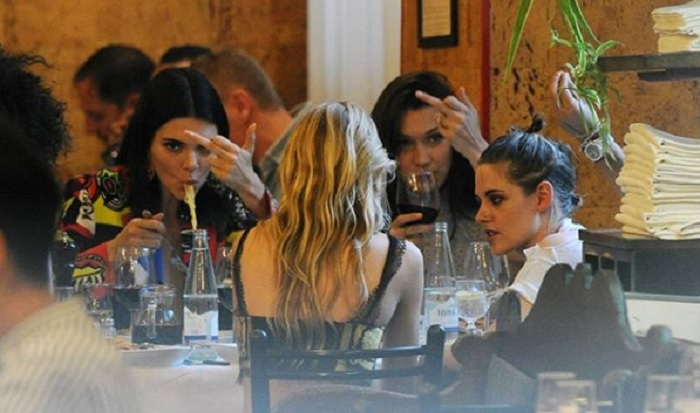 Kendall Jenner e Bella Hadid a cena con Kristen Stewart