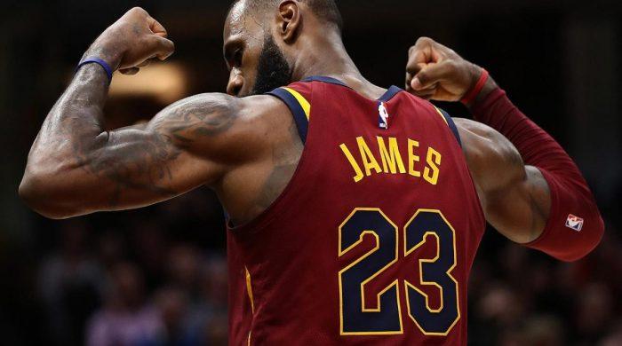 LeBron James passa ai Los Angeles Lakers