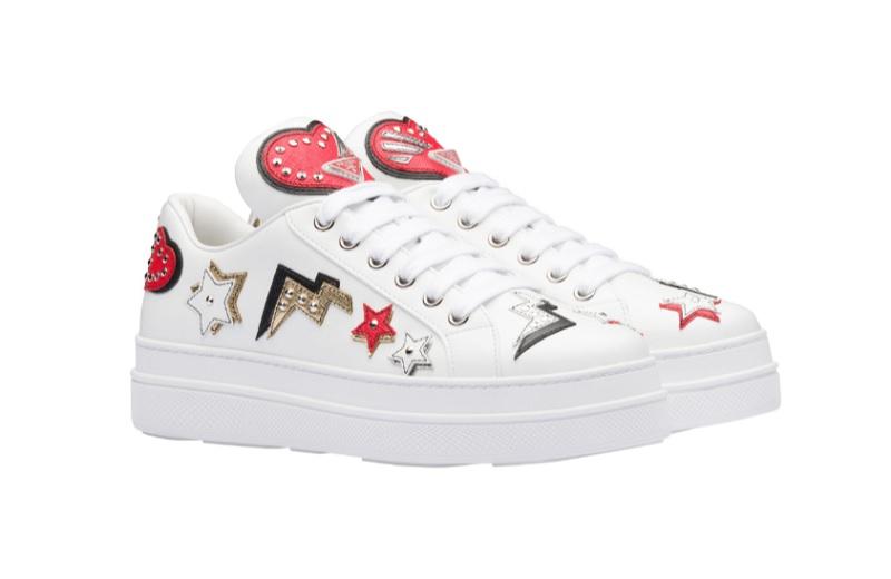 Sneakers in pelle con patch Cuori (620 euro)