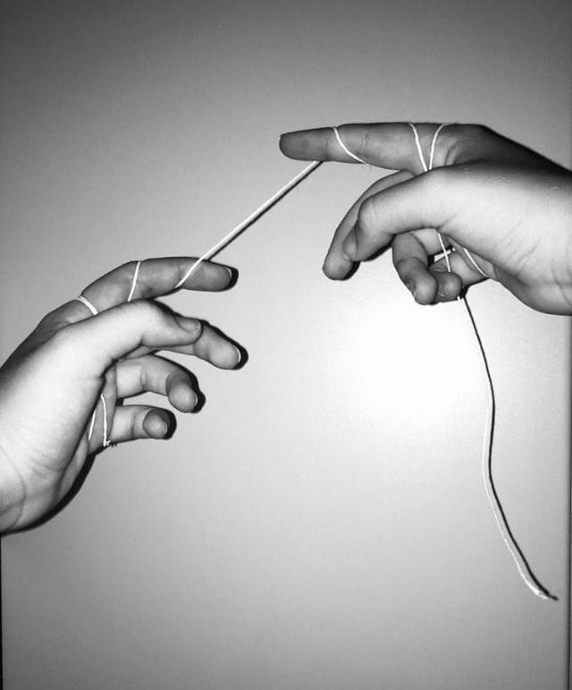 """IL FILO CHE CI UNISCECosa mi manca di più in tutto questo? Cosa mi manca della mia vita che è stata stravolta da questa malattia? Mi mancano i miei amici, mi mancano le persone che grazie alla scuola vedevo ogni giorno, con cui potevo ridere e preoccuparmi.In questi giorni mi sono resa conto di quanto siano importanti i legami tra di noi, e di quanto siano importanti i rapporti che dovrebbero superare anche queste difficoltà. """"Il filo che ci unisce"""" rappresenta ogni nostro legame che dovrebbe rimanere solido e farci superare anche questo momento che ci ha stravolto la vita. Di Sofia Fiore 2G"""
