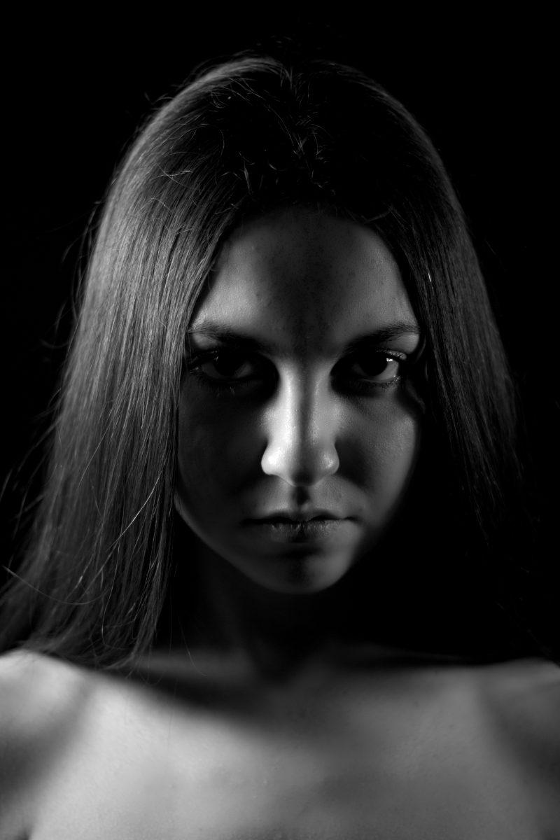 2. Guardare una donna negli occhi significa avere coraggio.