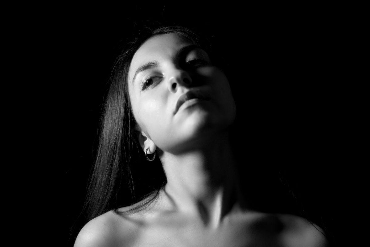 5. Quando una donna ti dona il suo sguardo anche solo per cinque minuti significa che si sta raccontando.