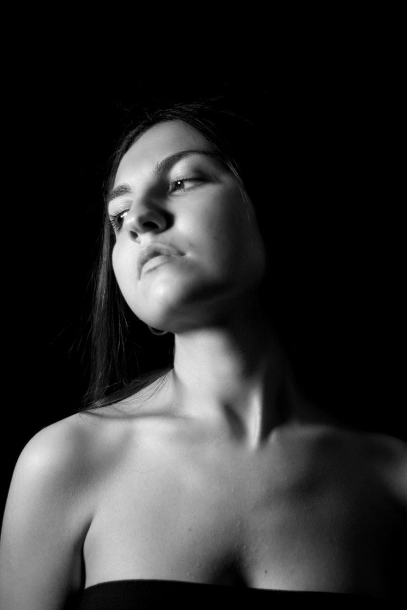 6. La semplicità del volto femminile è l'essenza della fragilità ma al col tempo della forza di un uragano.