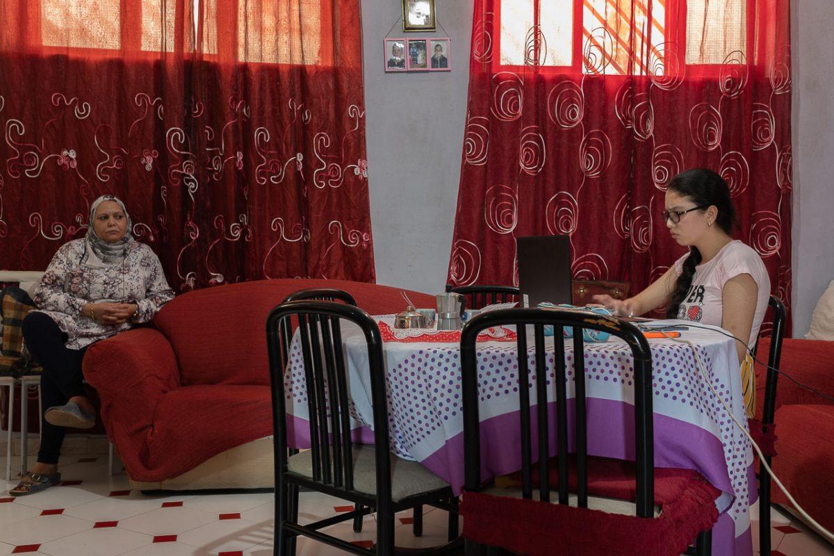 Alima durante il suo esame, insieme a sua madre Fatima