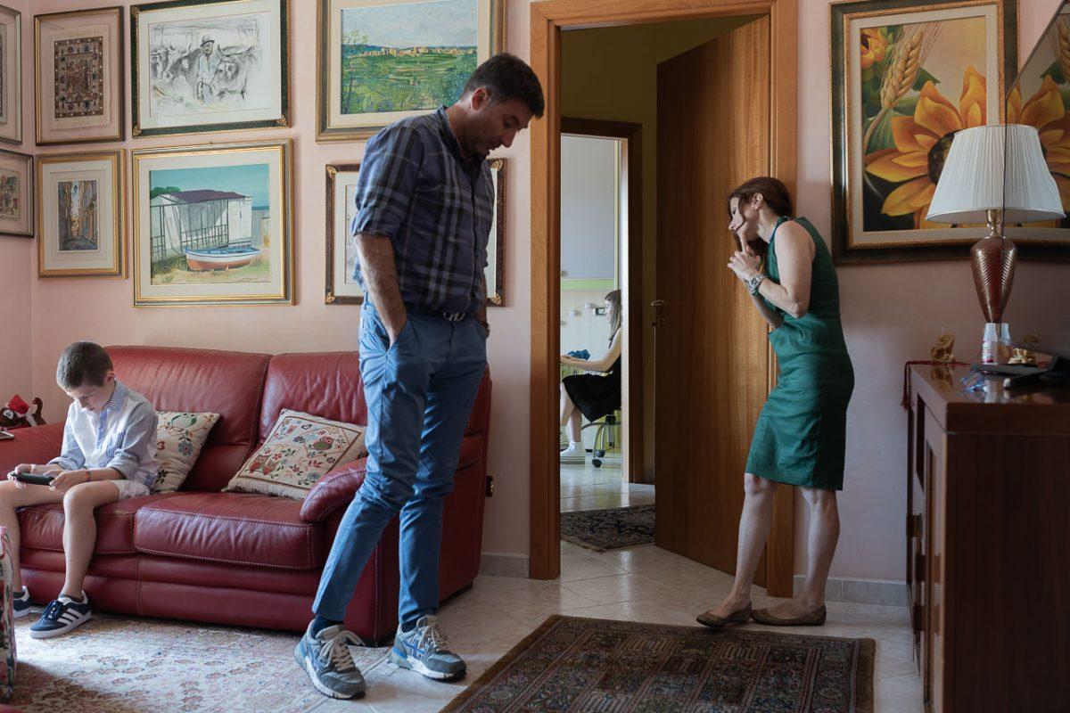 I genirotri di Giovanna tentano di ascoltare la presentzione della figlia.Lo svolgimento degli esami in casa ha cambiato molte  dinamiche.I genitori, pur essendo in casa, hanno potuto ascoltare con discrezione, su scelta dei ragazzi.