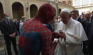 spider-man incontra il papa