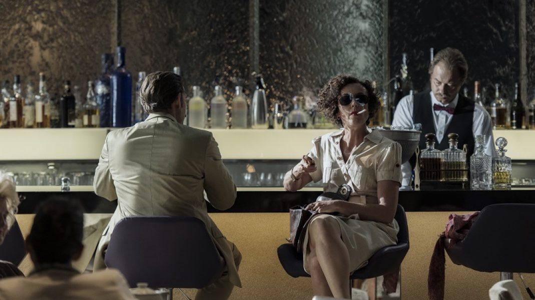 Day 04: Sc 1007: Int. Cape Sun Hotel - Bar: Lenora (MARIA SCHRADER) meets Tischbier (ALEXANDER BEYER), ask for help.
